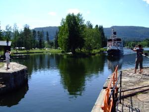 Kanalbåt ankommer Lunde sluse